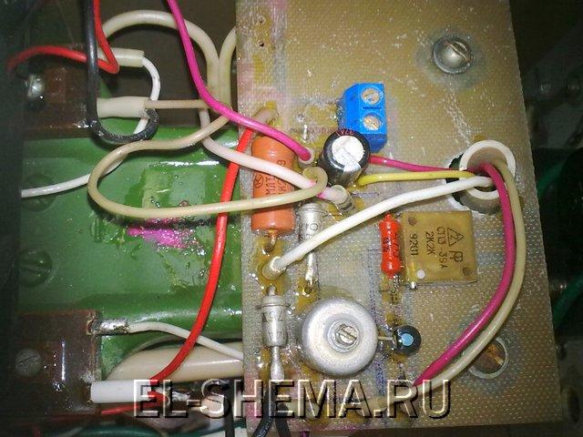 Кроме вольтметра добавил индикатор заряда, при 13,6 начинает загоратся красный светодиод, а при достижении 14...