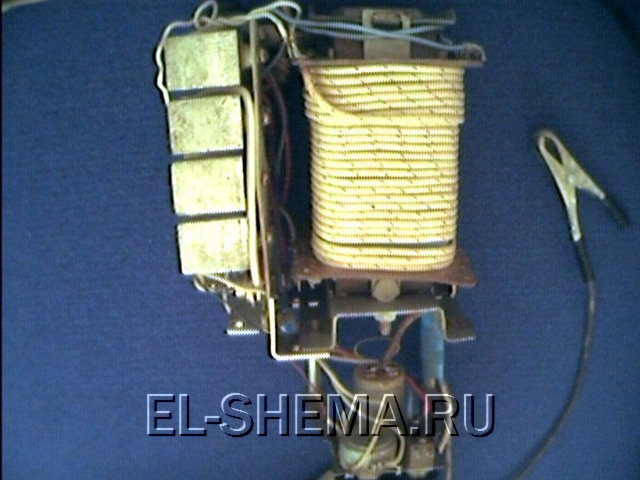 Схема зарядного устройства с сетевым питанием Схема зарядного устройства для батареи аккумуляторного фонарика с...