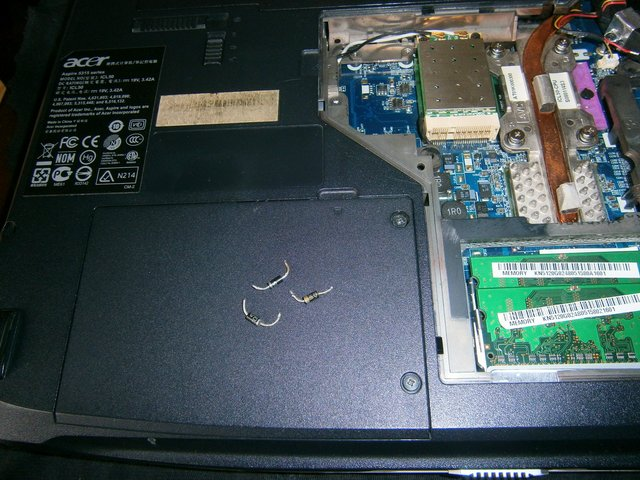 Кулер поддерживает нормальную температуру центрального и графического процессоров ноутбука и защищает их от перегрева.
