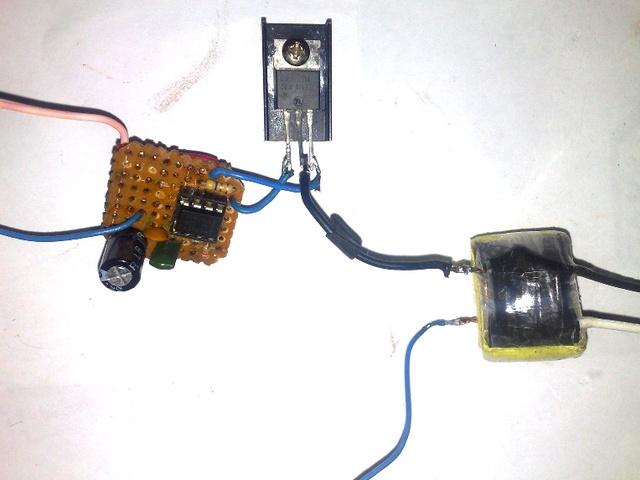 схема преобразователя напряжения на основе микросхемы - таймера 555 серии и мощного полевого транзистора IRF540.