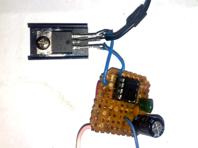 Транзистор IRF540 установлен на небольшой теплоотвод